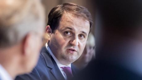 Nathanel Liminski leitet die Staatskanzlei in Düsseldorf.