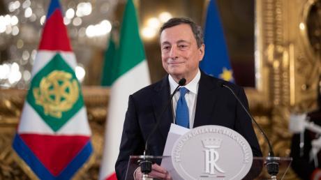 """Nach dem Bruch der Regierungskoalition in Italien hat Staatspräsident Mattarella dem früheren Chef der Europäischen Zentralbank (EZB), Mario Draghi, das Mandat zur Bildung eines Expertenkabinetts erteilt.  """"Die Pandemie überwinden, die Impfkampagne zu Ende bringen, Antworten auf die täglichen Probleme der Bürger geben, das Land wieder fit machen."""""""