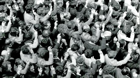 Ein Bild aus dem Jahr 1982: Männer aus dem Kanton Appenzell-Innerrhoden stimmen gegen das Wahlrecht für Frauen.