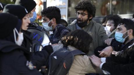Studenten stoßen mit Bereitschaftspolizisten während eines Protests in Ankara zusammen.