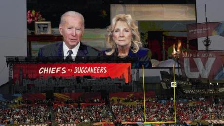 US-Präsident Joe Biden und First Lady Jill Biden halten eine Rede vor dem Super Bowl.