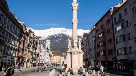 Die Maria-Theresien-Straße mit der Annasäule. Für Tirol gilt aufgrund der als brisant eingeschätzten Corona-Lage eine Reisewarnung.