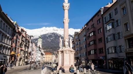 Blick auf die Maria-Theresien-Straße mit der Annasäule in Innsbruck. Für Tirol gilt aufgrund der als brisant eingeschätzten Corona-Lage eine Reisewarnung.