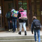 Sieben Corona-Fälle aus sechs Schulen und Betreuungseinrichtungen im Landkreis meldet das Landratsamt Aichach-Friedberg.