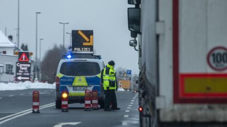 Die Bundespolizei kontrolliert am deutsch-tschechischen Grenzübergang in Schirnding (Bayern).
