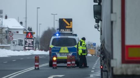 Die Bundespolizei kontrolliert am Grenzübergang Schirnding Autofahrer, die aus Tschechien kommen.