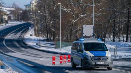 Ein Einsatzfahrzeug der Bundespolizei steht an der bayerisch-tschechischen Grenze bei Schirnding.