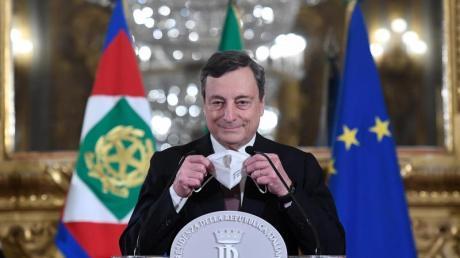 Mario Draghi spricht vor der Vereidigung als neuer Ministerpräsident Italiens mit Journalisten.