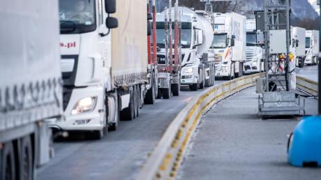 Ein Rückstau aus Lastkraftwagen hat sich am deutsch-österreichischen Grenzübergang bei Kiefersfelden gebildet.