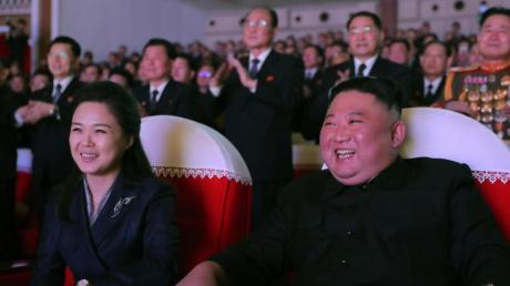 Nordkoreas Machthaber Kim Jong Un (r) sitzt im Mansudae-Kunsttheater bei einer Aufführung neben seiner Frau Ri Sol Ju (l).