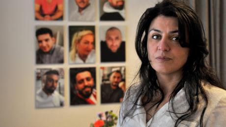 """""""Warum musste mein Kind sterben?"""" Serpil Unvar hat bei dem Anschlag ihren Sohn Ferhat verloren. An der Wand mit den Fotos von neun Opfern ist er oben links zu sehen."""