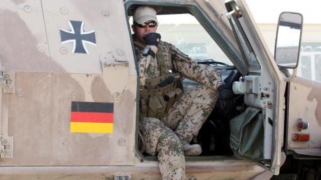 Ein Soldat der Bundeswehr sitzt auf dem Gelände des Police-Trainings-Camps in Kundus in einem gepanzerten Fahrzeug Dingo.