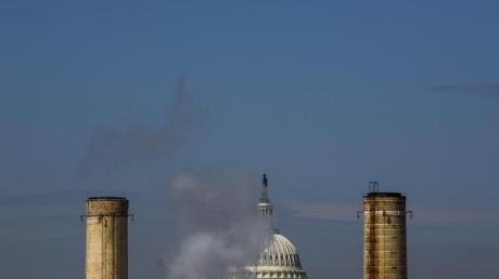 Die Kuppel des Kapitols in Washington, ist hinter den Schornsteinen des einzigen Kohlekraftwerks in der US Hauptstadt sehen.