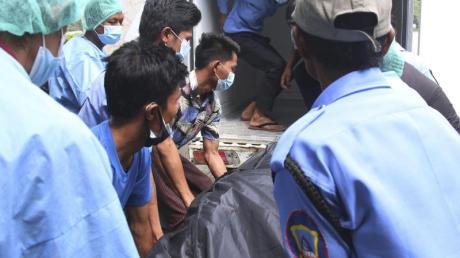 Der Leichensack mit den sterblichen Überreste einer jungen Frau wird in Naypyitaw in einen Transporter gelegt. Die Frau gilt als das erste offizielle Todesopfer der Proteste gegen den Militärputsch.