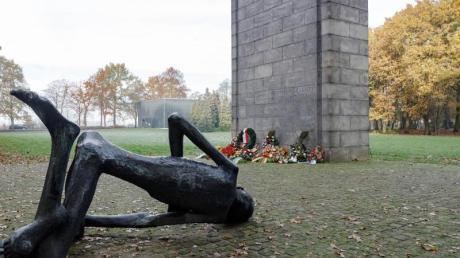 Das Internationale Mahnmal auf dem Gelände des ehemaligen Konzentrationslagers Neuengamme mit der Skulptur «Le Déporté» von Françoise Salmon. Nach Angaben der US-Behörden hat der ausgewiesene 95-Jährige gestanden, als Wachmann in einem Außenlager von Neuengamme Gefangene bewacht zu haben.