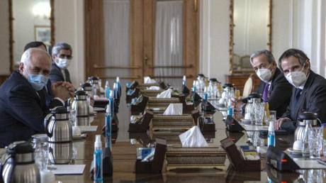 Irans Außenminister Mohammed Dschawad Sarif zusammen mit dem IAEA-Generaldirektor Rafael Grossi in Teheran. Die IAEA kann die Kontrollen des iranischen Atomprogramms vorerst fortsetzen.