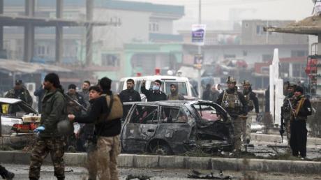 Sicherheitspersonal inspiziert im Dezember 2020 den Ort eines Bombenanschlags in der afghanischen Hauptstadt Kabul.