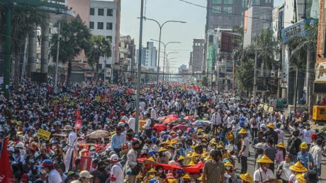 Eine Gruppe von Demonstranten marschiert durch Mandalay.