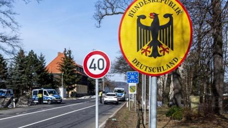 Polizei-Kontrolle an der deutsch-tschechischen Grenze.
