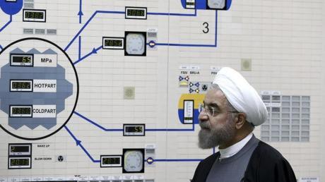 Irans Präsident Hassan Ruhani besucht das Atomkraftwerk Buschehr (Archiv). Das Atom-Abkommen von 2015 hatte eine Obergrenze von niedrig angereichertem reinem Uran bei 200 Kilogramm festgeschrieben.