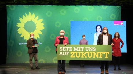 Bündnis 90/Die Grünen können sich weiter über einen Mitgliederzuwachs freuen. Hier während des Politischen Aschermittwoch in Bayern: Eike Hallitzky (l.), Claudia Roth, Katharina Schulze, Anton Hofreiter und Eva Lettenbauer.