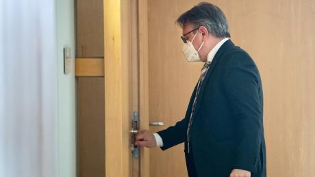 Georg Nüßlein betritt am Donnerstag sein Büro im Bundestag, als dieses gerade durchsucht wird.