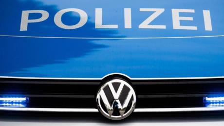 Ein Paketfahrer hat am Samstag in Biburg eine kleine Gartenmauer übersehen und sein Fahrzeug erheblich beschädigt.