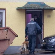 Auch vier Hundeführer waren bei der Razzia im Landkreis Augsburg im Einsatz.