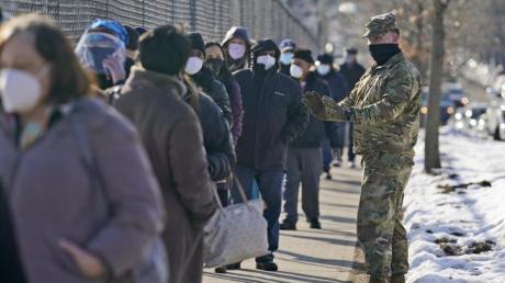 Menschen warten im New Yorker Stadtteil Queens vor einem Impfzentrum.