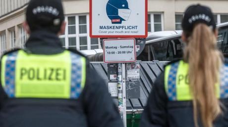 Polizisten in der Hamburger Innenstadt. In der Hansestadt ist eine verschärfte Maskenpflicht in Kraft getreten.