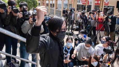 In Hongkong sind 47 Anhänger der demokratischen Opposition wegen angeblicher Verstöße gegen das umstrittene Sicherheitsgesetz festgenommen und angeklagt worden.