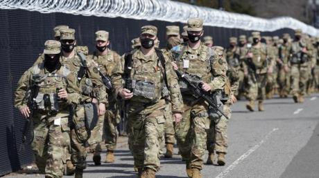 Soldaten der Nationalgarde patrouillieren entlang eines Sicherheitszauns vor dem US-Kapitol in Washington.