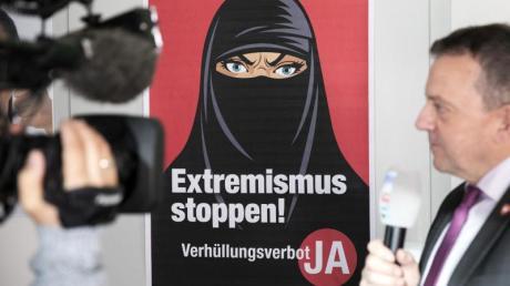 """Walter Wobmann, rechts im Bild, ist der Initiator der Initiative """"Ja zum Verhüllungsverbot""""."""