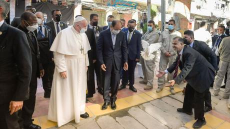 Eine weiße Taube, Symbol des Friedens, wird anlässlich des Papstbesuchs fliegen gelassen. Franziskus hat am zweiten Tag seiner Irakreise den höchsten schiitischen Geistlichen des Landes, Großajatollah Ali al-Sistani, getroffen.