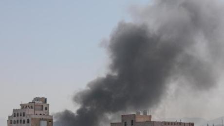 Schwarzer Rauch steigt in Sanaa zwischen Gebäuden auf. Das von Saudi-Arabien angeführte Bündnis hat mehrere Luftangriffe auf die Stadt geflogen.