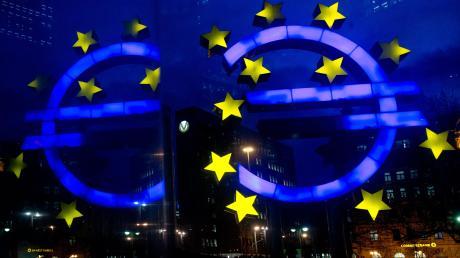 Verheißungsvoll leuchten die Euro-Zeichen im Frankfurter Bankenviertel. Doch die Strahlkraft könnte geringer werden, wenn es nicht gelingen sollte, die Aufbaufonds rechtzeitig zu starten, um kleinen und mittelständischen Firmen zu helfen, die durch die Pandemie in Not geraten sind.