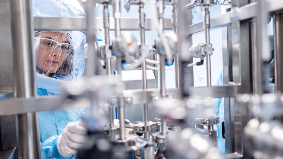Impfstoff-Produktion bei Biontech in Marburg: Die Impfhersteller arbeiten bereits an Mitteln gegen Corona-Mutationen, die Politik verspricht abgekürzte Zulassungsverfahren.