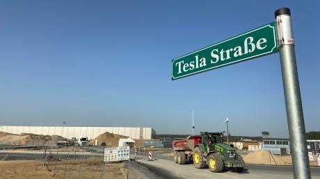 Das Straßenschild steht schon mal an der riesigen Baustelle. Auf dieser werden auch Traktoren mit Anhängern eingesetzt.
