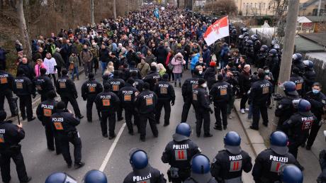 Mehr als 1800 Beamte, teils aus anderen Bundesländern, waren in Dresden im Einsatz. Dennoch kam es am Rande der gerichtlich untersagten Demonstration gegen die Corona-Politik zu Ausschreitungen.