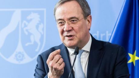Armin Laschet (CDU), Ministerpräsident von Nordrhein-Westfalen, spricht während einer Pressekonferenz. Seiner Ansicht nach müsse man von der Impfbürokratie herunterkommen.