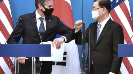 US-Außenminister Antony Blinken (l) und sein südkoreanischer Amtskollege Chung Eui Yong bei einer gemeinsamen Pressekonferenz im Außenministerium in Seoul.