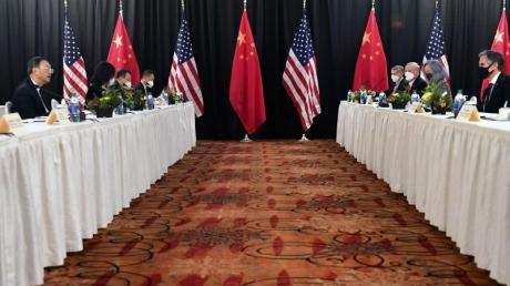 Die Eröffnungssitzung der US-China-Gespräche im Captain Cook Hotel in Anchorage.