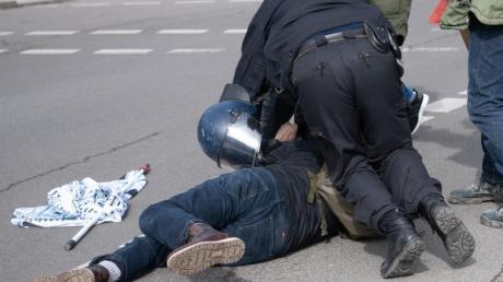 Ein Teilnehmer einer Demonstration von Rechtsextremisten und sogenannten Reichsbürgern wird von der Polizei am Brandenburger Tor in Berlin festgenommen.