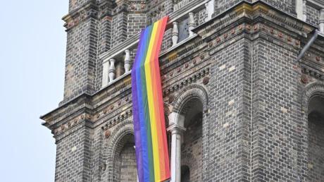 Ein Symbol für die Gleichberechtigung von Schwulen und Lesben: Die Regenbogenfahne. Der Konflikt hat jetzt die katholische Kirche erreicht.