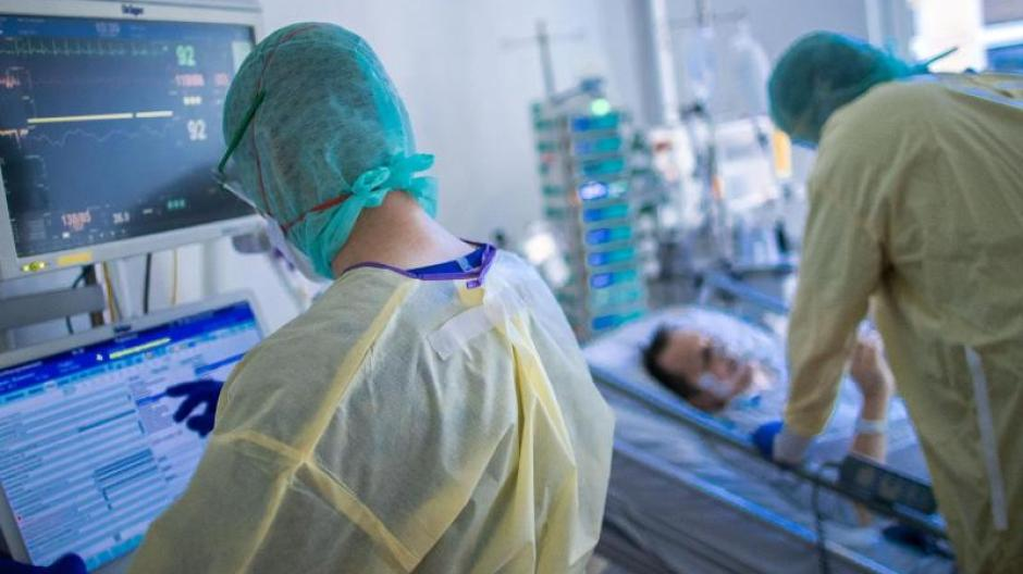 Mit mehr als 3000 belegten Intensivbetten ist die Belastung für Krankenschwestern und Pflegekräfte hoch.