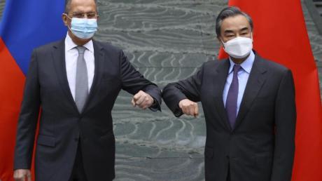 Chinas Außenminister Wang Yi (r) empfängt seinen russischen Amtskollegen Sergej Lawrow in Guilin.