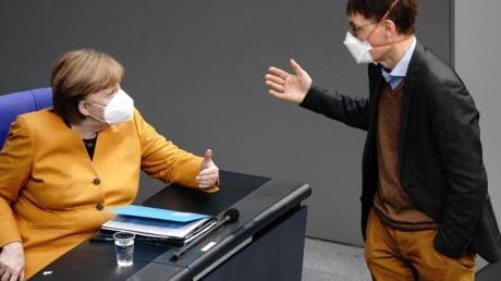 Bundeskanzlerin Angela Merkel (CDU) diskutiert mit SPD-Gesundheitsexperte Karl Lauterbach.