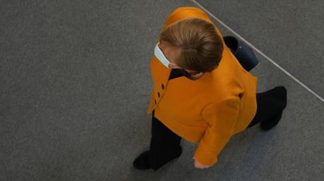 Vorwärts? Rückwärts? Wohin geht die Reise? Bundeskanzlerin Angela Merkel auf dem Weg ins Plenum des Bundestags zur Fragestunde.