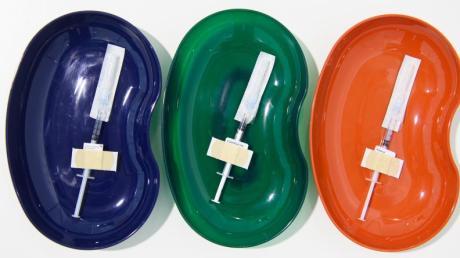 Spritzen mit dem Impfstoff von Astrazeneca (l-r), Biontech/Pfizer- und Moderna liegen bereit.