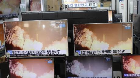Auf Fernsehbildschirmen in Seoul wird eine Nachrichtensendung übertragen, die über den nordkoreanischen Waffentest berichtet.